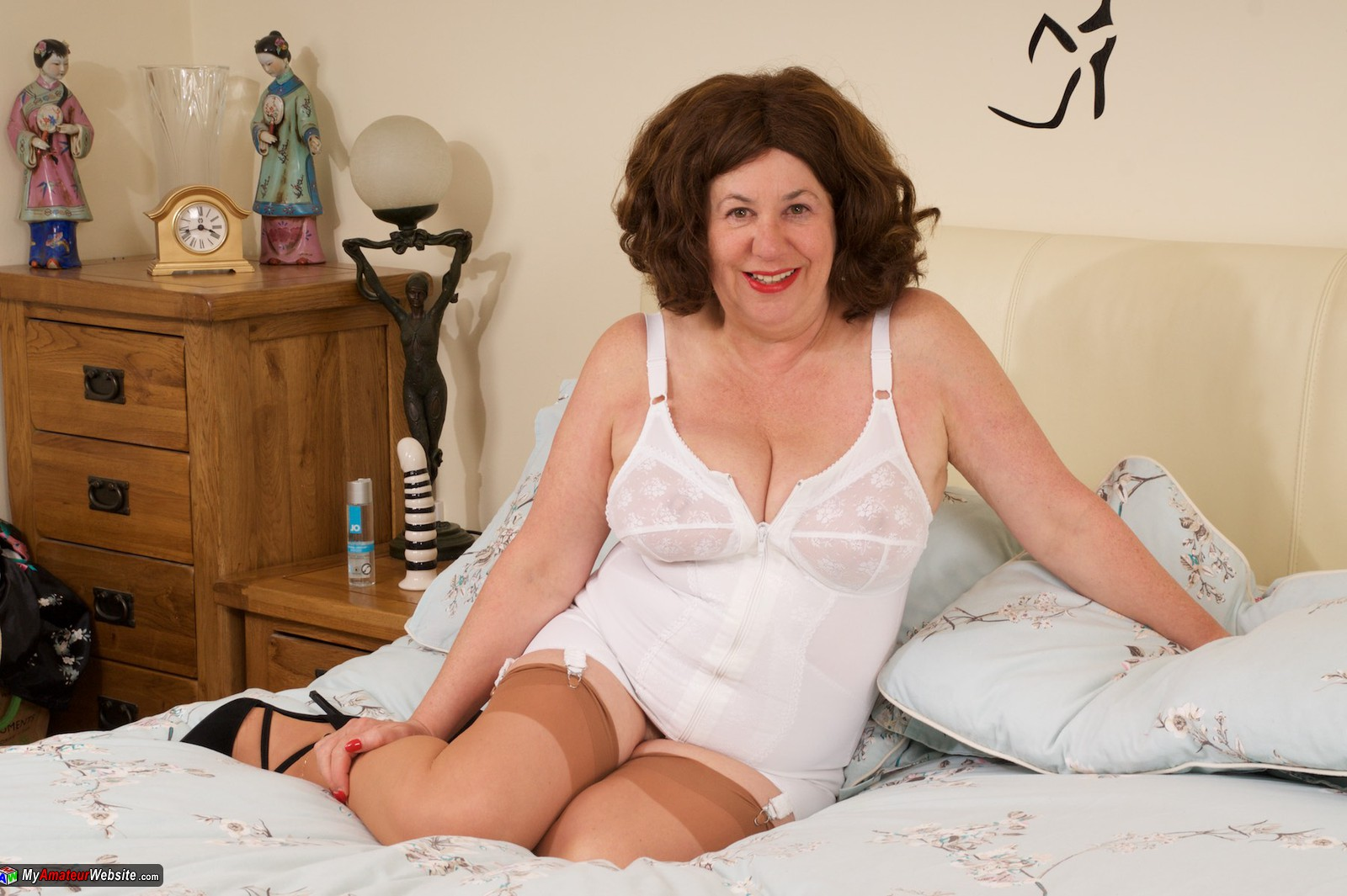 AuntieTrisha - White Retro Basque