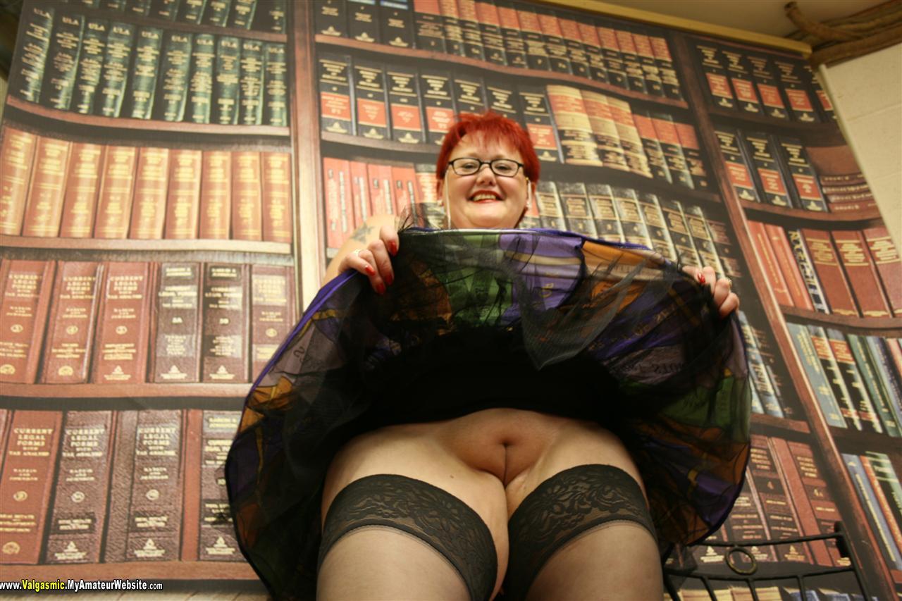Потрогал под юбкой в библиотеке 2 фотография