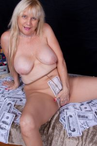 The No1 mature shaven Cougar can teach you young guys a thing or two about fucking