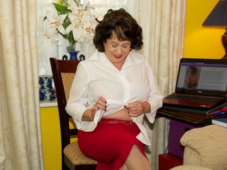 AuntieTrisha - Stripping in My Lounge Gallery
